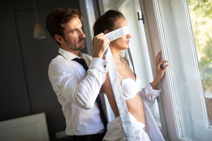 discreet-dating-man-blindfold